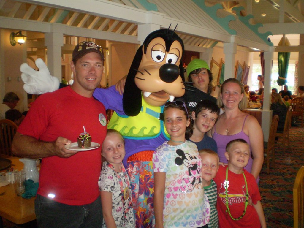 Family with Goofy at a restaurant in Disney World